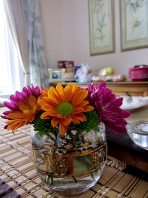 Wedding and holiday table centerpieces do it yourself for Small fresh flower table arrangements